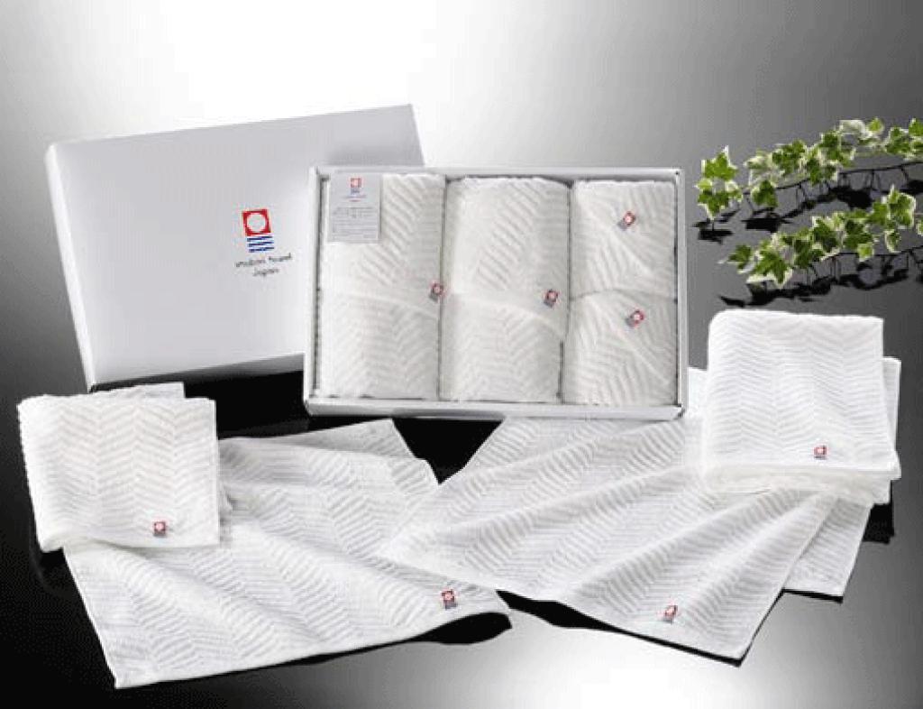 白色のタオル詰め合わせ